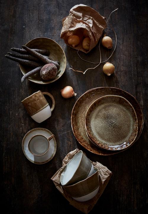 Porslin i höstiga färger från serien Mika, assiette och pastatallrik, 119 kronor styck, middagstallrik, 149 kronor, kopp och fat, 98 kronor. mugg 69 kronor, samt skål 89 kronor, Olsson & Jensen.