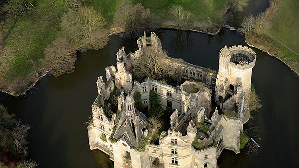 Lokalborna I Les Trois-Moutiers i Frankrike har samlat ihop pengar och köpt sig ett gemensamt slott.