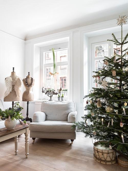 I fönstret hänger amaryllis upp och ner, ett enkelt och dekorativt arrangemang. Provdockor, Vintage by Nina och Suedeco. Vingar och kyrkoljusstake, Vintage by Nina. Trumma, My Vintage Home.