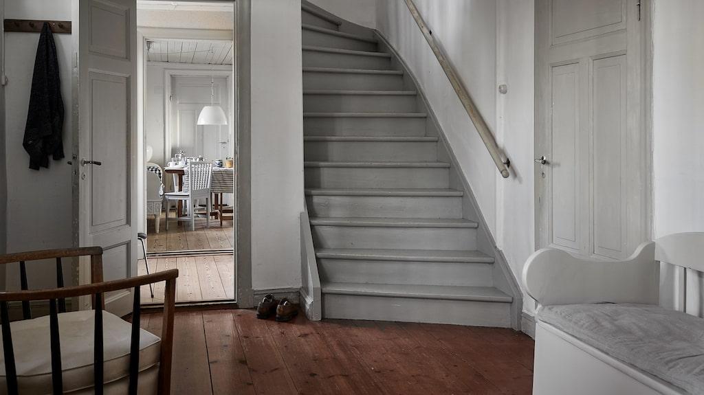 Hustes detaljer går i vitt och ljust grått.