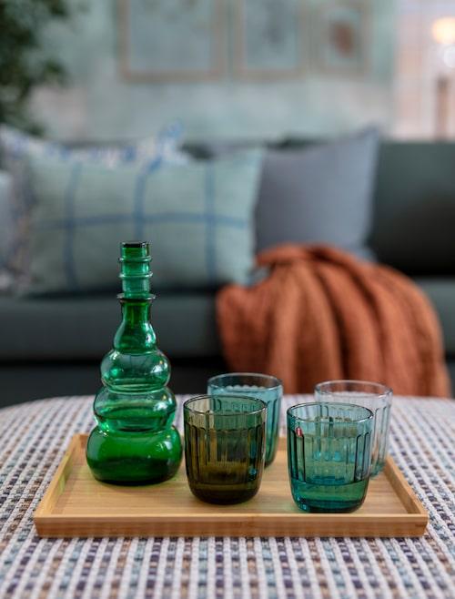Bambubricka Ostbit, 79 kronor, Ikea. Dricksglas Raami i återvunnet glas, 2-pack, 230 kronor, Iittala. Karaff, 149 kronor, Myrorna.