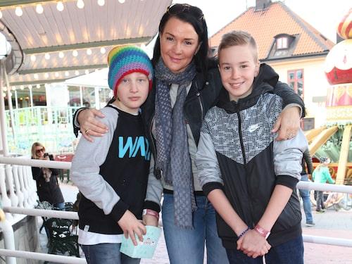 Sofia på Gröna Lund förra våren tillsammans med yngsta barnen Lennox och Texas.
