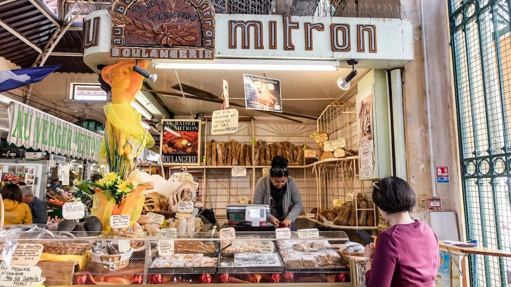 Vackra saluhallen i Menton visar upp det bästa av regionens produkter.