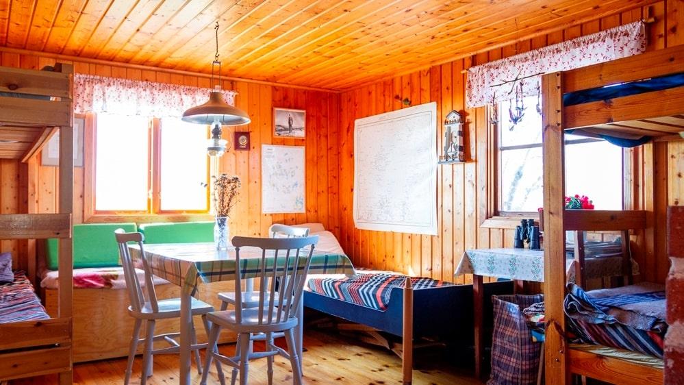 Mot söder och havet ligger rummet som både har sängar och plats för matbord.