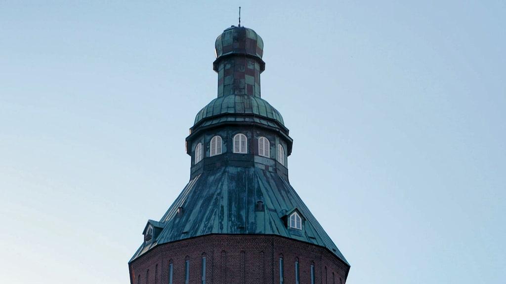 """Varför vattentornet i Ystad kallas för """"Nappflaskan"""" är kanske inte så svårt att förstå."""