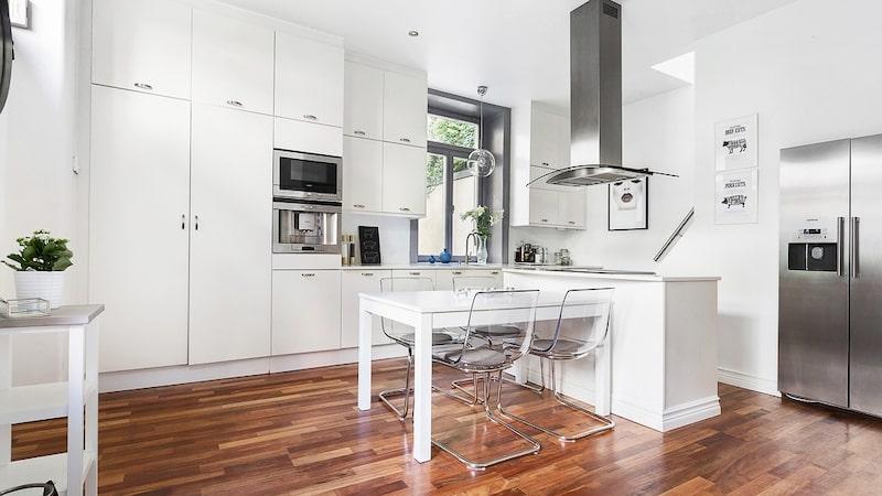 Köket är utrustat med spishäll, ugn, diskmaskin, kyl och frys och det finns god plats för middagsförberedelserna.