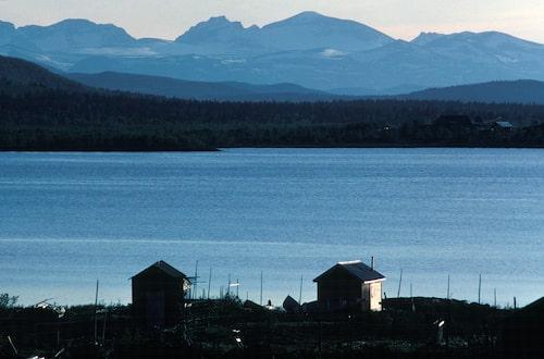Utsikt sju mil mot Kebnemassivet från sjön Kaalasjärvi.