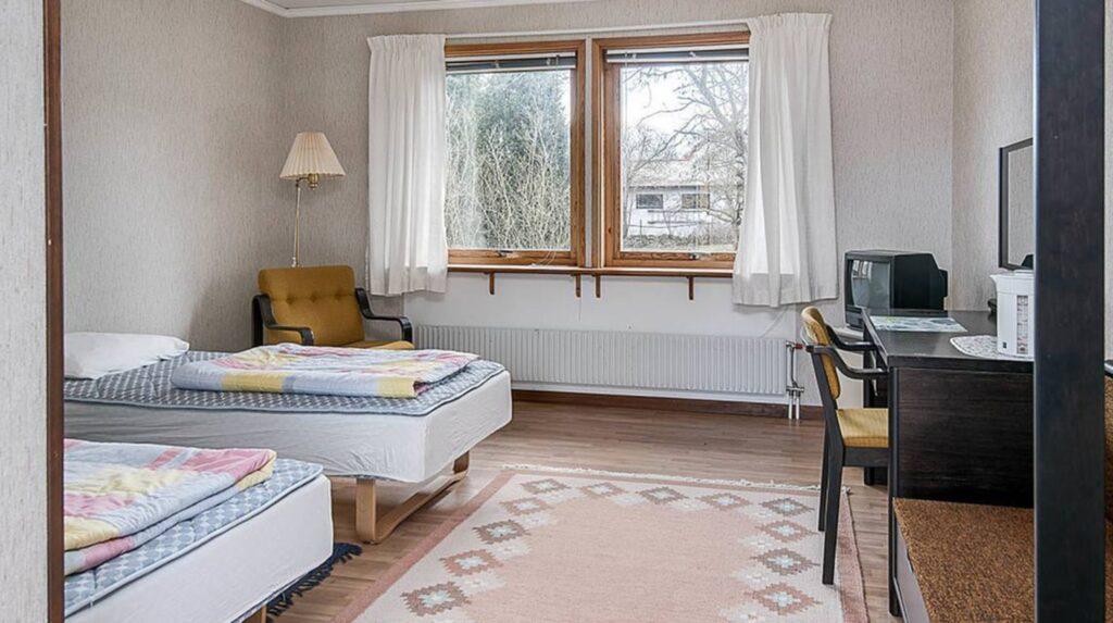 Den här lägenheten är på 21,3 kvadratmeter och rymmer mer än vad man tror. Badrummet är stort och handikappanpassat, med dusch, och våtrumsmatta på golv och väggar.