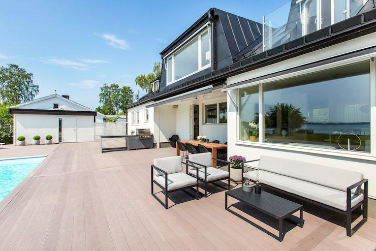 Lyxig villa i Täby som totalrenoverats och nästan ger sommarhuskänsla.