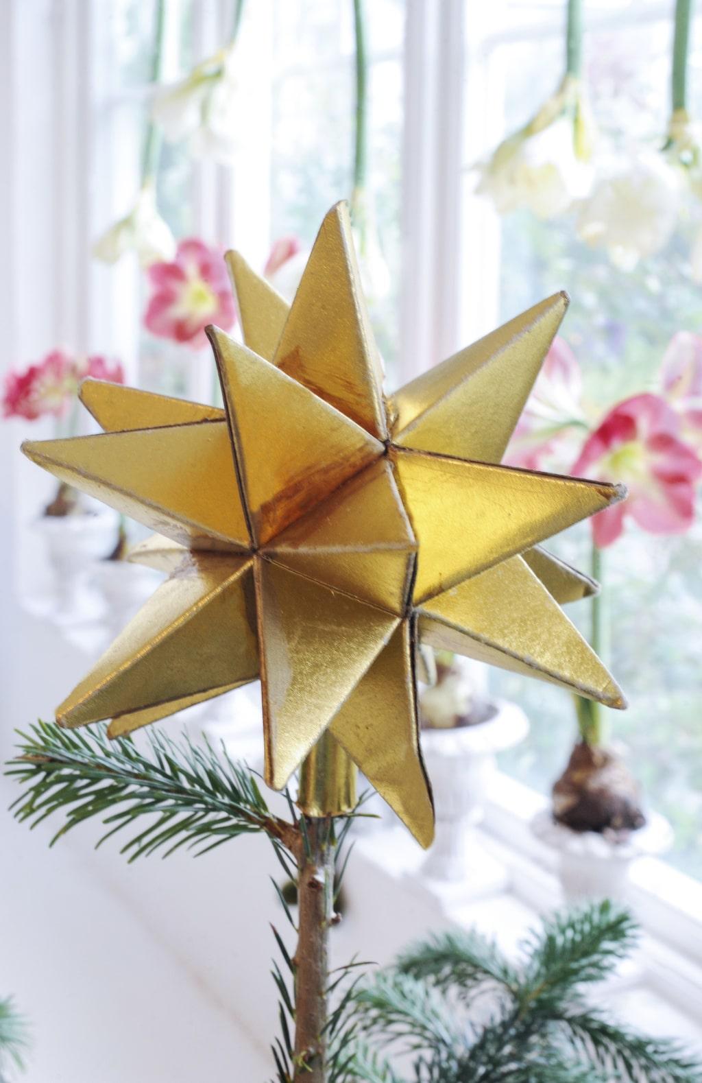 På en av de små granarna hittar vi denna antika stjärna som Håkan ropat in på auktion.