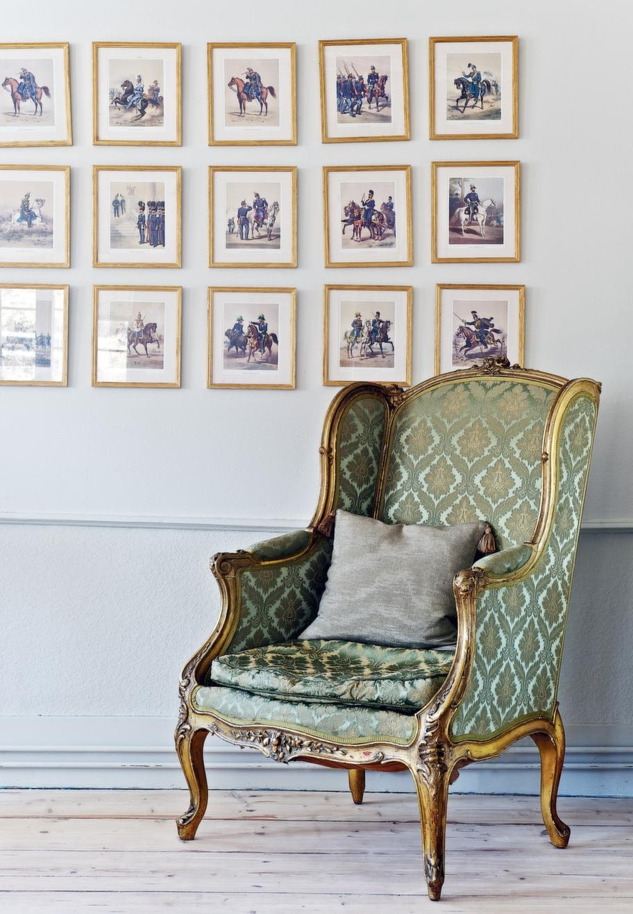 KUNGLIGT<br>Över den franska rokokostolen hänger en samling tavlor med svenska kungar genom tiderna som Catarina ropat in på auktion.