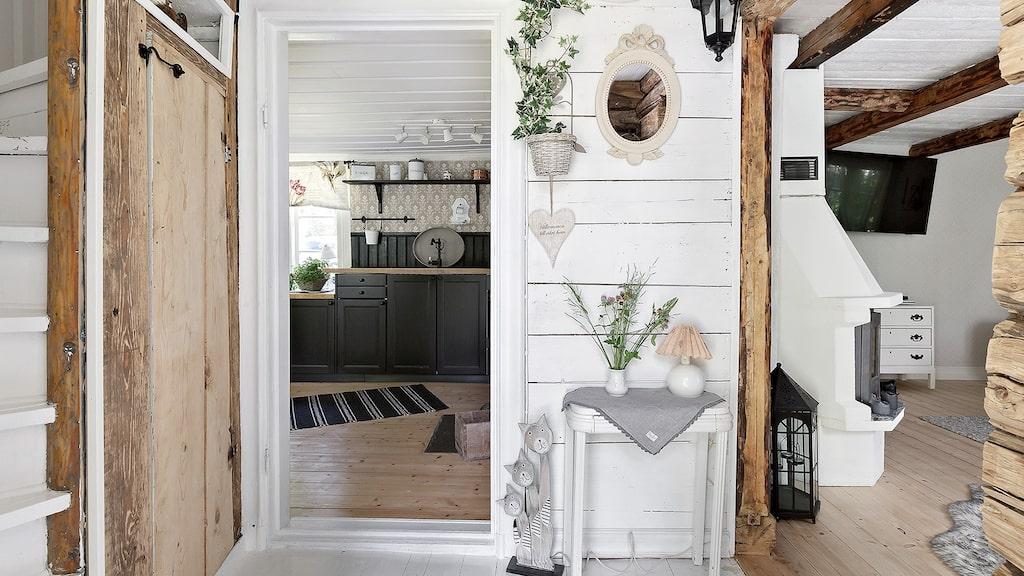 Från hallen ser du in mot kök och vardagsrum.