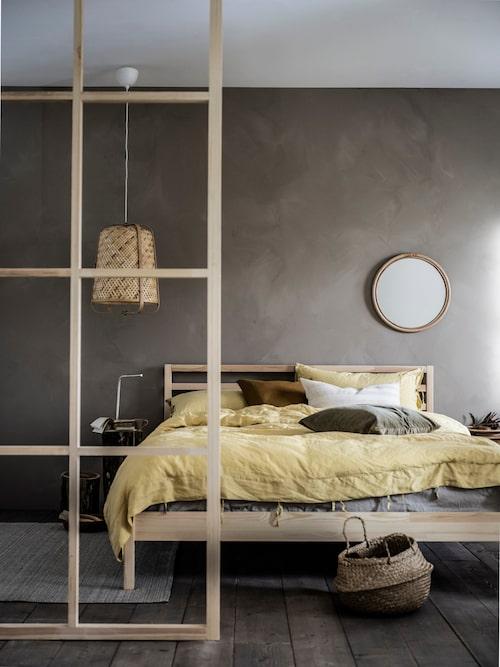 Neiden sänggavel är tillverkad i slitstark och förnybar massiv furu.