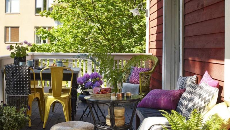 <p>Altangolvet behandlades med terrasslasyr i kulören Sotgrå från Jotun, 563 kronor för 3 liter.  Svartvit matta, 349 kronor, korgar under bordet, 179 kronor för två, allt från Indiska. Tvåfärgad korg, 249 kronor, ljuslyktor, 29 kronor styck, pläd på stolen, 399 kronor, allt från H&amp;M home. Sittpuffar, 499 kronor styck, Granit. Rottingbordet köptes på Myrorna och sprejades med svart färg.</p>