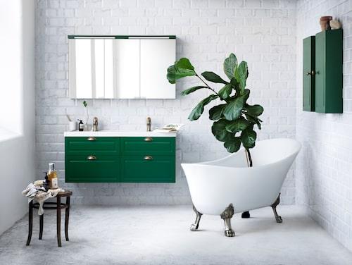 Stil från Svedbergs är badrumsmöbler i klassisk och tidlös stil, där alla delar går att anpassa efter behov, designad i samarbete med Ehlén Johansson och Mia Lagerman. Cirkapris: Underskåp med dubbla tvättställ, från 21 085 kronor, tassbadkar Belle, från 12 170 kronor, handtag och knoppar, från 100 kronor/styck, väggskåp, från 2495 kronor/styck, spegelskåp Top-line 120, från 10 245 kronor.