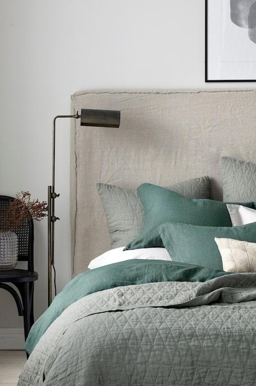 Sänggavel Heaven från Ellos med ram av massiv furu och plywood. Fyllning av polyesterskum. Sänggaveln levereras oklädd, kombinera med överdrag Heaven, i bomull med linnekänsla, som säljs separat.