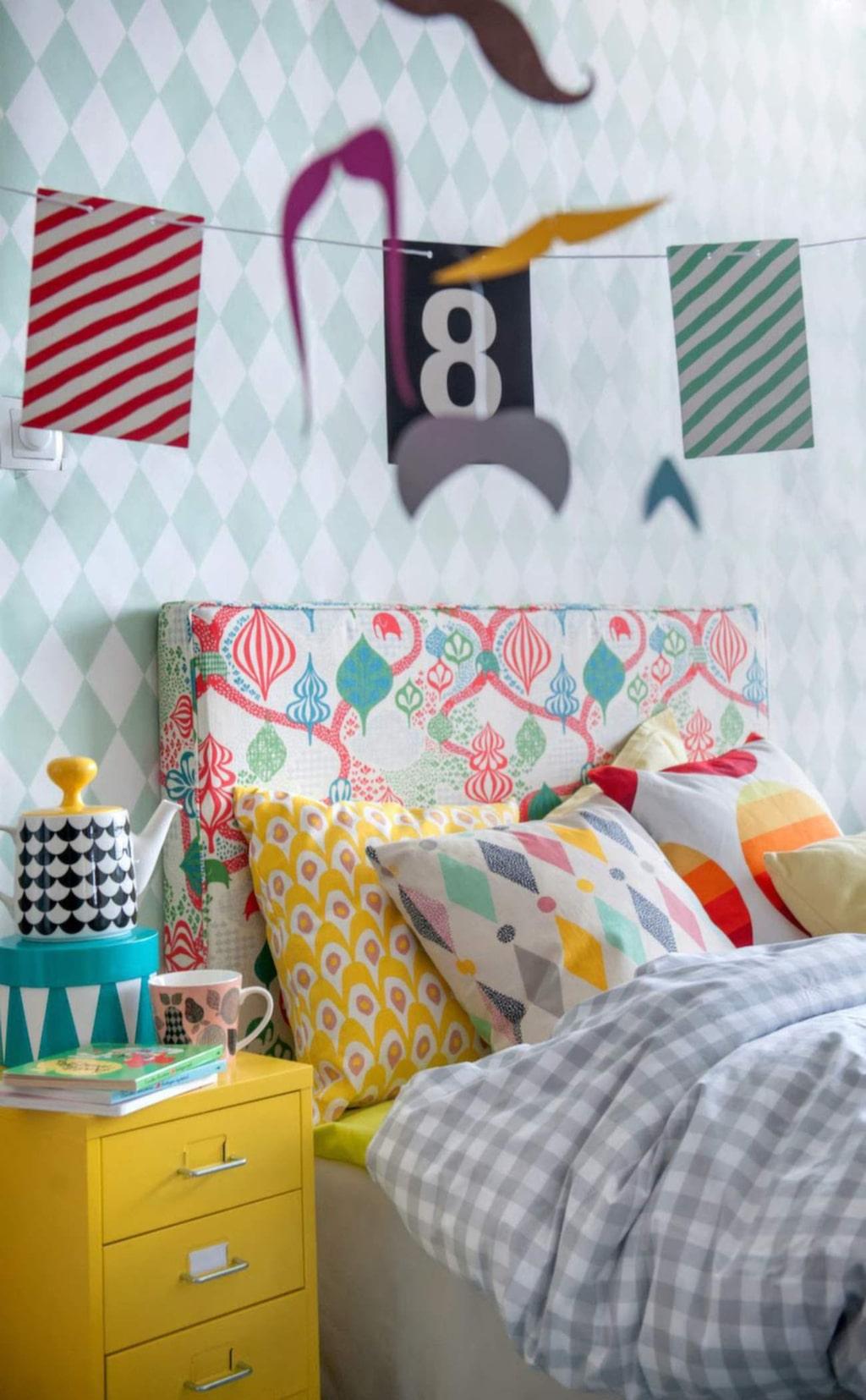 Mönsterfest! Lekfullt sovrum med tyger från Bemz som gör designade överdrag till Ikea-möbler. Här mönster från bland annat svenska designföretaget Littlephant.