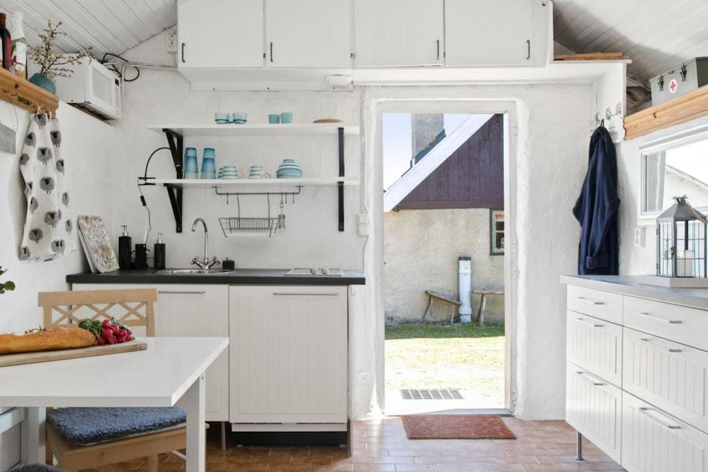 Pentry, kylskåp och spishäll finns, men toalettbesöken får man göra ute på dass.