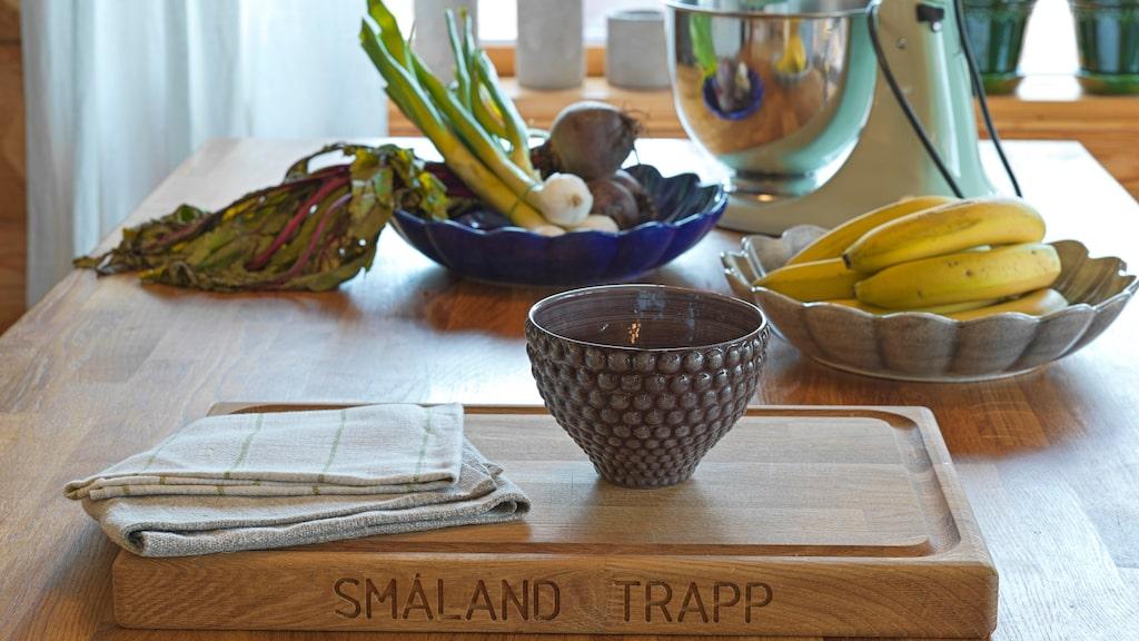"""Skärbrädan på köksön är från Småland Trapp, skål """"Bubbles"""" och ostronskålar från Mateus är inhandlat hos Vågskvalp Inredning. Här finns mycket yta att exempelvis baka eller duka upp en matbuffé på."""