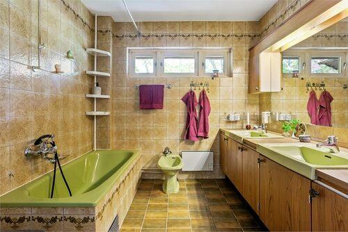 I badrummet finns bland annat en grön bidé att tvätta sig i.