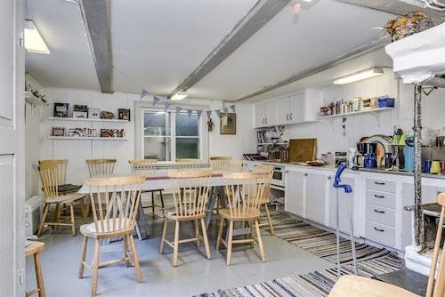 Huset har ett stort kök med matplats.