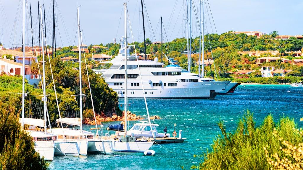 I Porto Cervo på Smaragdkusten ligger lyx-yachterna på rad.