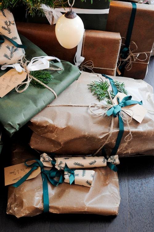 Under granen finns många vackra paket. Vaxpapper från Granit och snören från Lagerhaus. Julkulan kommer från en av många julmarknader de besökt.