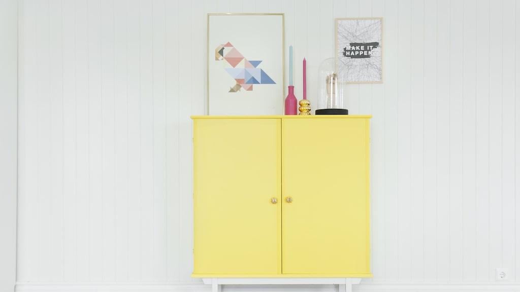 Skåpet är ärvt och har målats gult. Bild på papegoja av Silke Bonde.