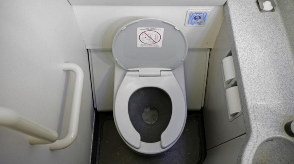<p>Att besöka toaletten på flyget är sällan en trevlig upplevelse. Men Boeing kan ha kommit på lönsingen till rena toaletter.<br></p>