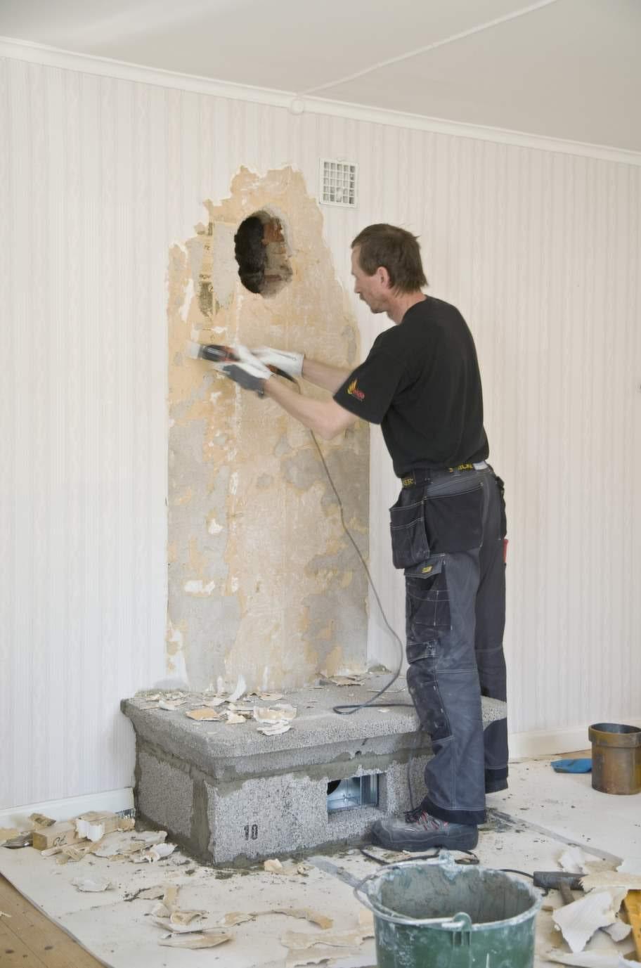Rökkanal i väggen<br>Golvet är förstärkt och ett hål till rökkanalen är upptaget i väggen. Första eldstadsfundamentet är på plats.