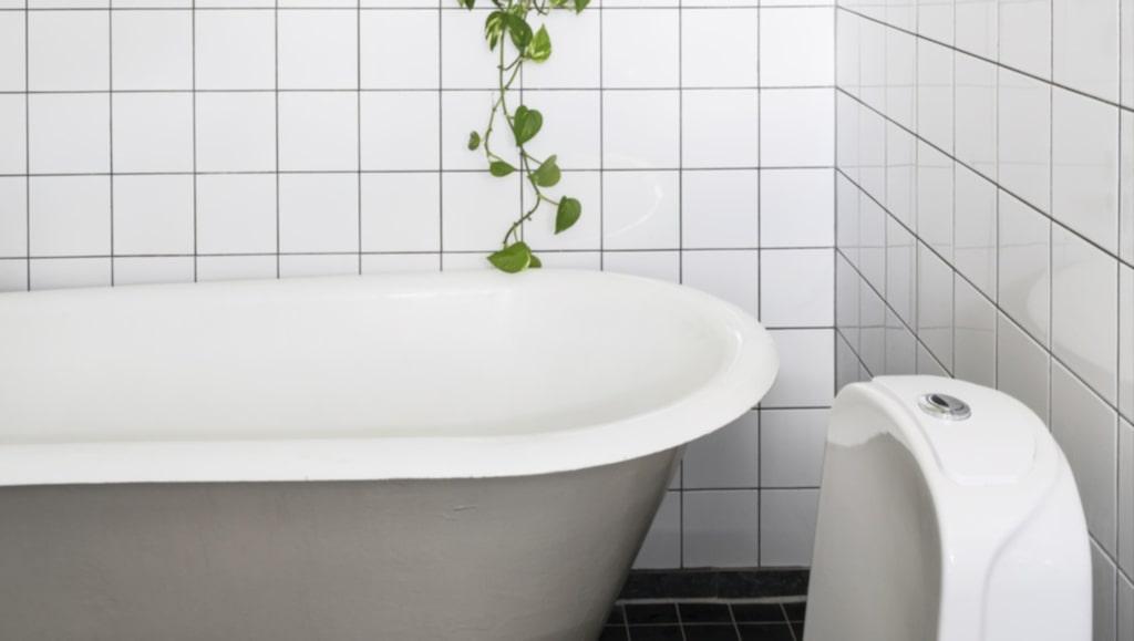 Badrummet pryds av originella detaljer. Badkaret i gammal stil är köpt på nätet.