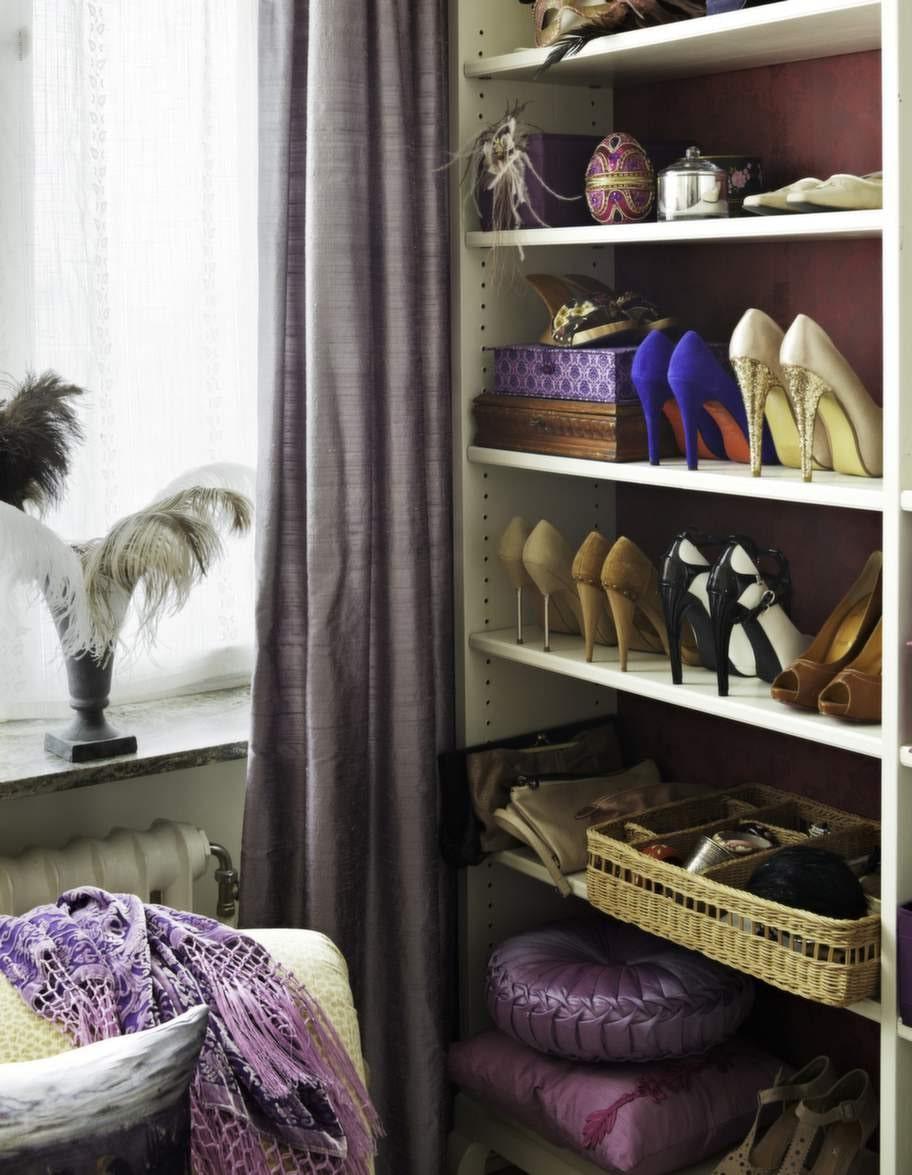 Petra samlar många av sina fina skor som dekoration i den öppna hyllan. Eftersom hon sällan använder dem vill hon ändå kunna titta på dem.