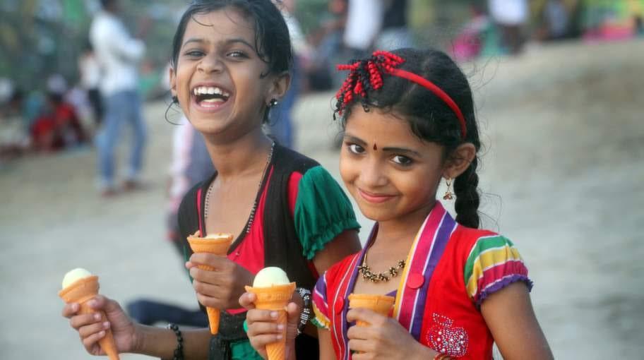 På stranden i Cherai äter barnen glass.