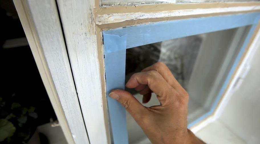 <strong>SKYDDA</strong><br>5. Använd den blå maskeringstejpen som är gjord för utomhusbruk och sätt den cirka en millimeter från kittkanten. Stryk på rikligt med färg.<br>