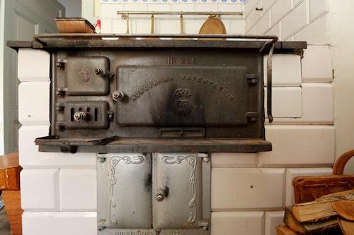 Vedspisen i köket är en av tre värmekällor i huset.