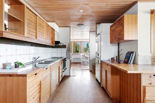 Köket har gott om förvaring och arbetsytor. Rakt fram skymtar vardagsrummet. Vid köket finns en utgång till en liten altan i västläge.