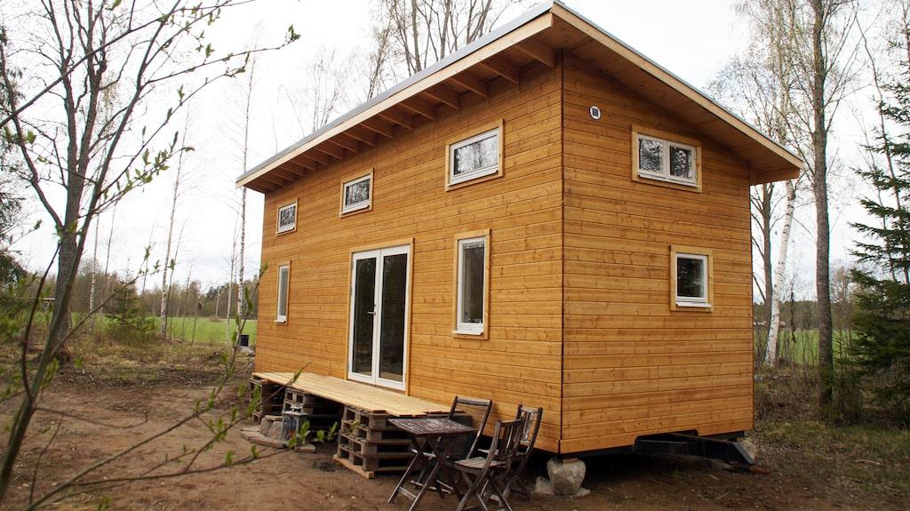 I stället för en villa bestämde de sig för att bygga ett minihus på hjul.