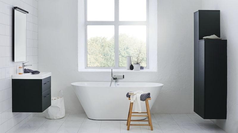 I ett stort badrum är det härligt med ett badkar som här. Här är det Oval 170 i gjutmarmor med badkarsblandaren Love me från Svedbergs.