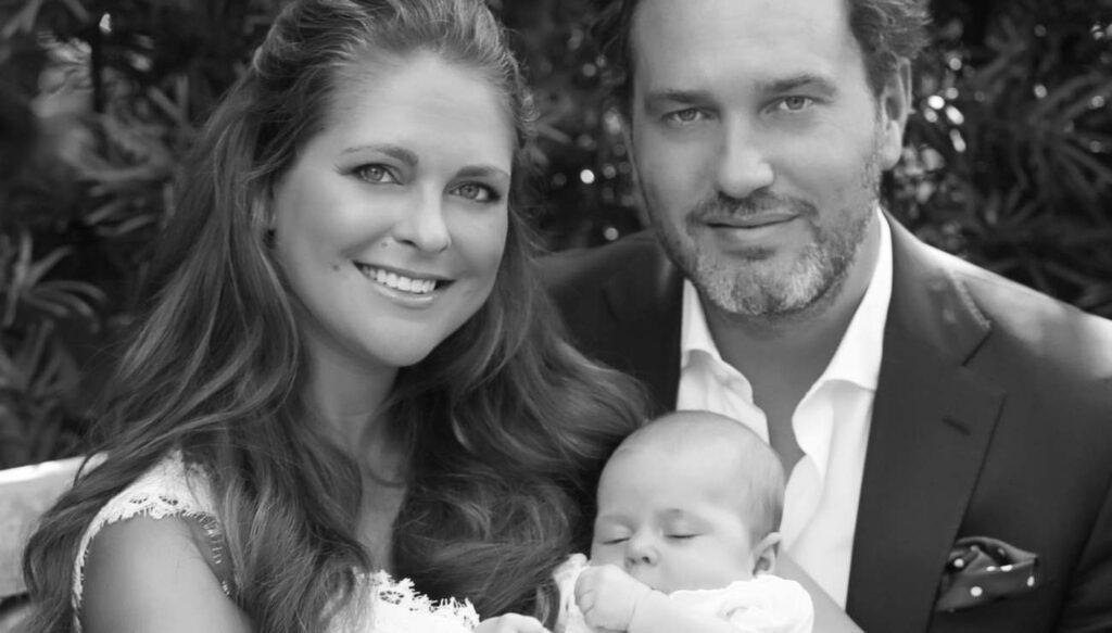 Inför prinsessan Leonores dop publicerade kungahuset den här familjebilden som tagits i trädgården i Florida.