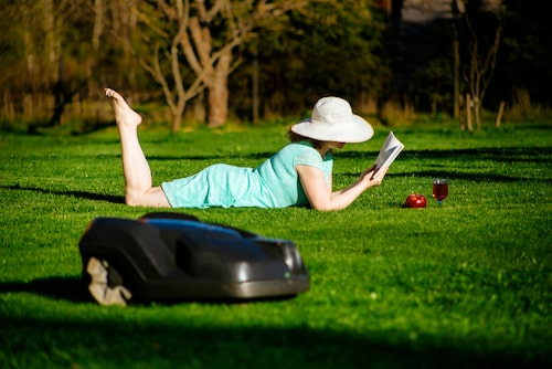 """""""Kör bara robotgräsklipparen mellan åtta på morgonen och åtta på kvällen, och köp en maskin med god kvalitet"""", råder Emma Billbäck."""