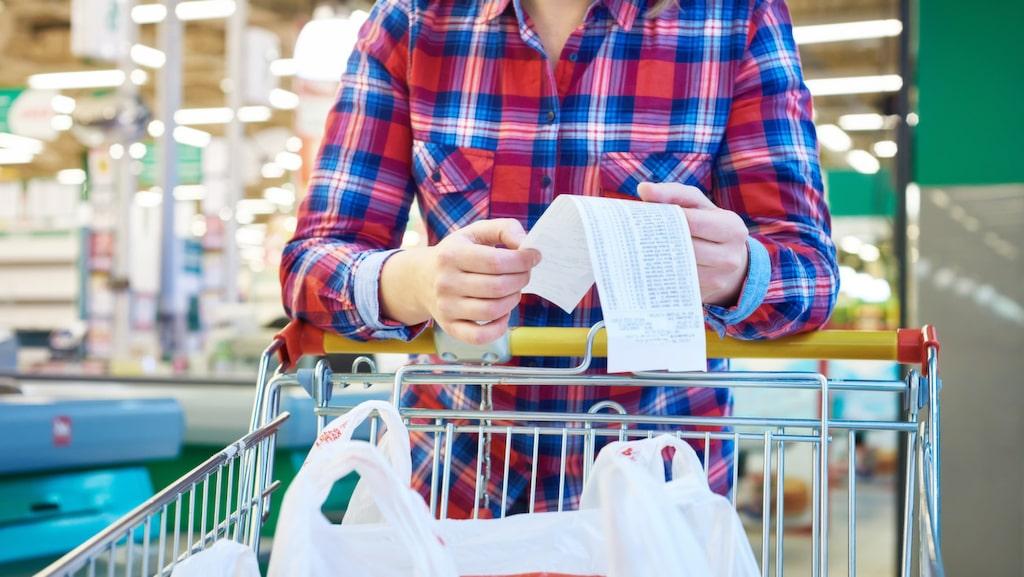 Butiker sätter ofta märkesprodukterna på de mittersta hyllorna, i ögonhöjd. Lågprisprodukter och egna märken göms ofta undan. Titta därför på den nedersta hyllan, då kan du tjäna pengar!
