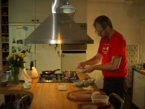 Här lagar krögaren David Kallós till sina snigel-toastar.
