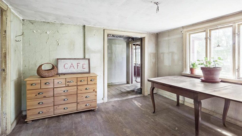 Charmigt och ljust rum med en gammal kafé-skylt.