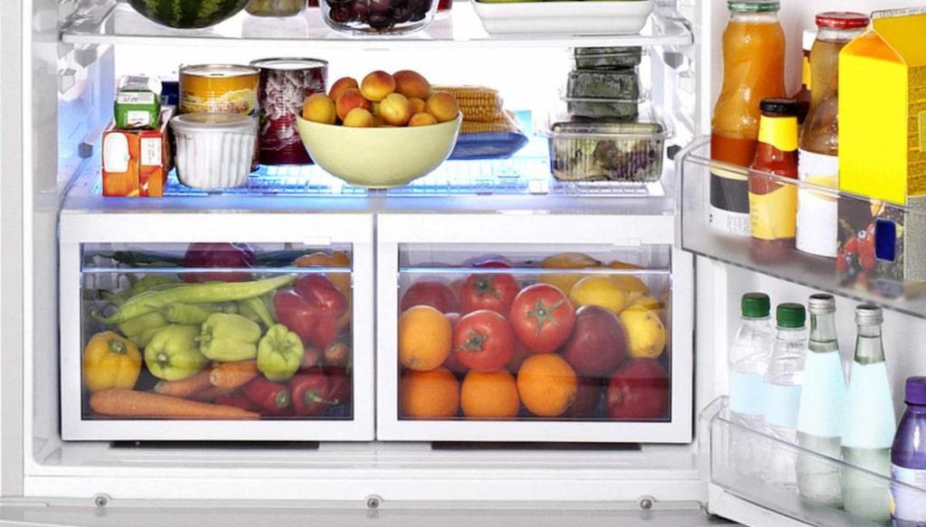 Du torkar förmodligen av kylskåpets väggar på insidan emellanåt, men glöm då inte resten. Ta regelbundet loss hyllorna både inne i själva kylskåpet och på dörren, och tvätta i varmt såpavatten för att bli av med matrester och bakterier.