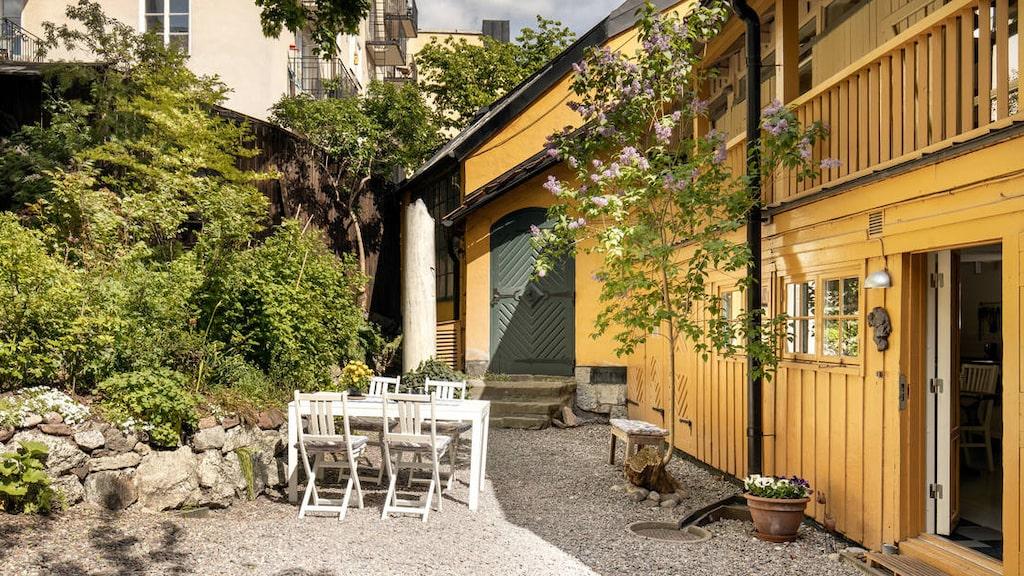 Huset har en charmig och lummig gård. Det är svårt att tro att det här är centrala Stockholm.