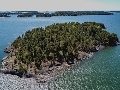 En framgångsrik amerikansk affärskvinna öppnar en lyxig resort enbart för kvinnor på den finska ön i sommar.