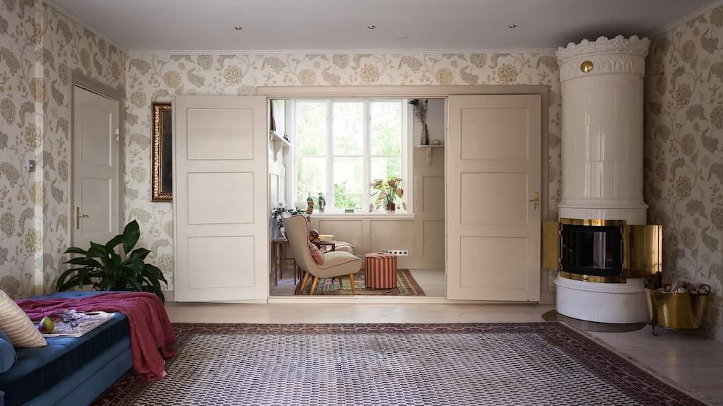"""""""Lilla salen"""" kallas ett mysigt rum med kakelugn."""
