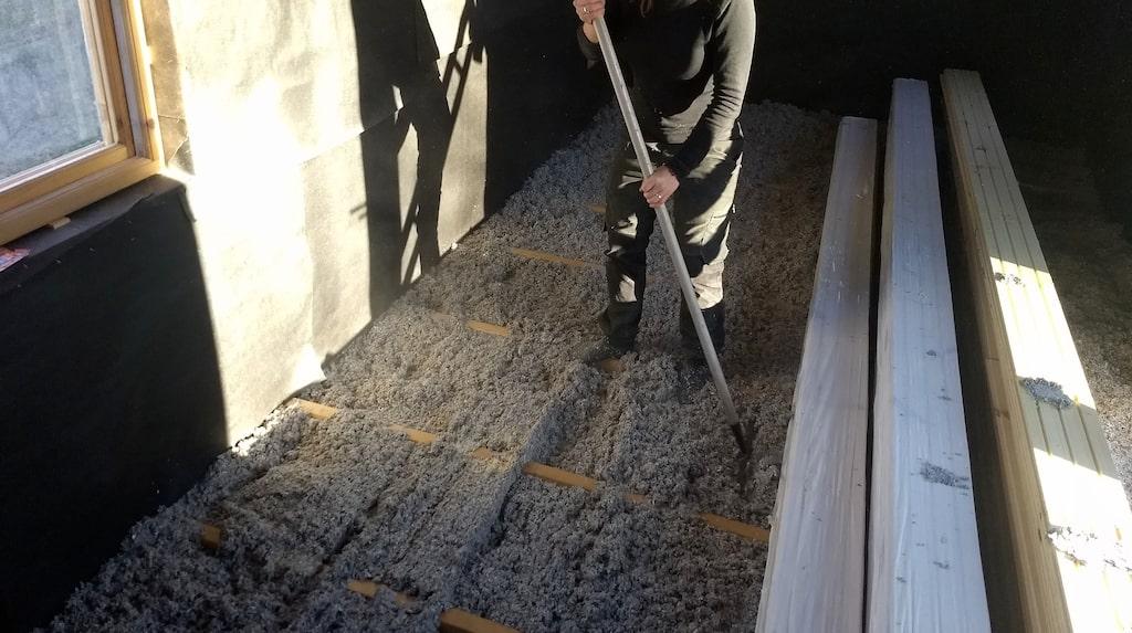 De har försökt använda så mycket naturliga byggmaterial som möjligt. Huset är isolerat med skivor och lösull av cellulosa och de har även använt lin för att täta fönster.