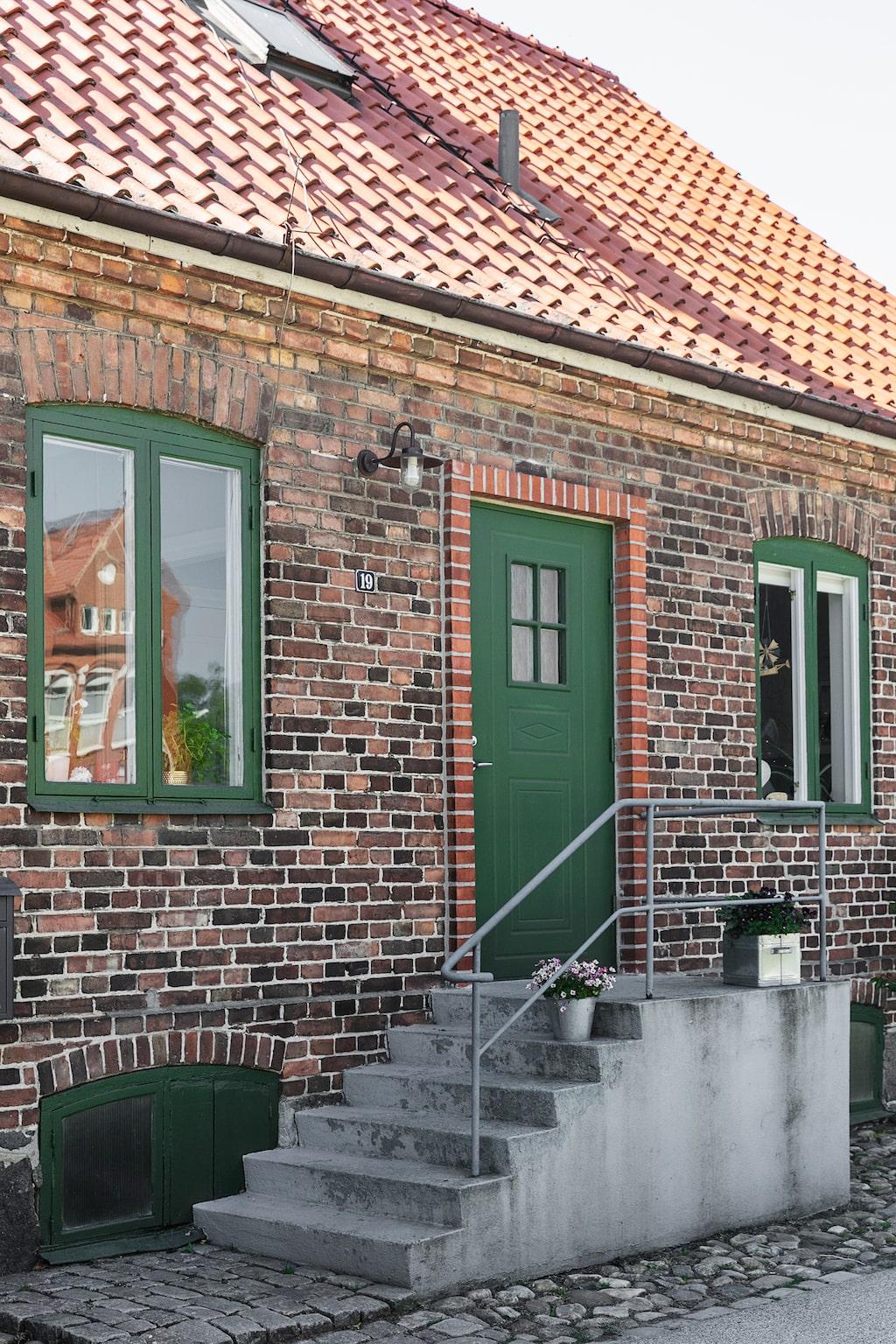 Gathuset är byggt 1909 och ligger mitt i Åhus gamla del.