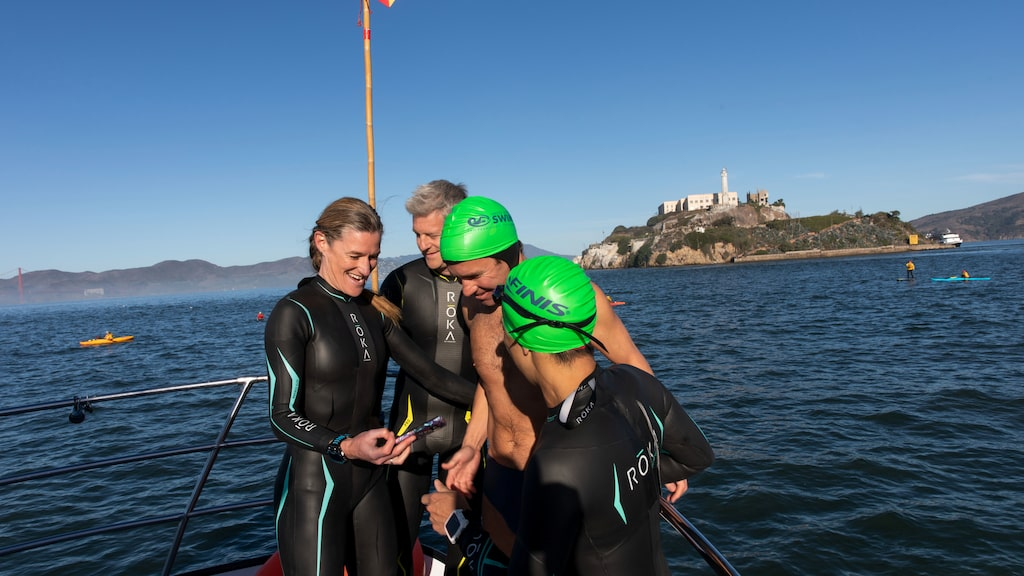 Organisationen World Water Swim ordnar gruppsim nästan varje vecka för den som vill pröva att simma med Alcatraz som fond.